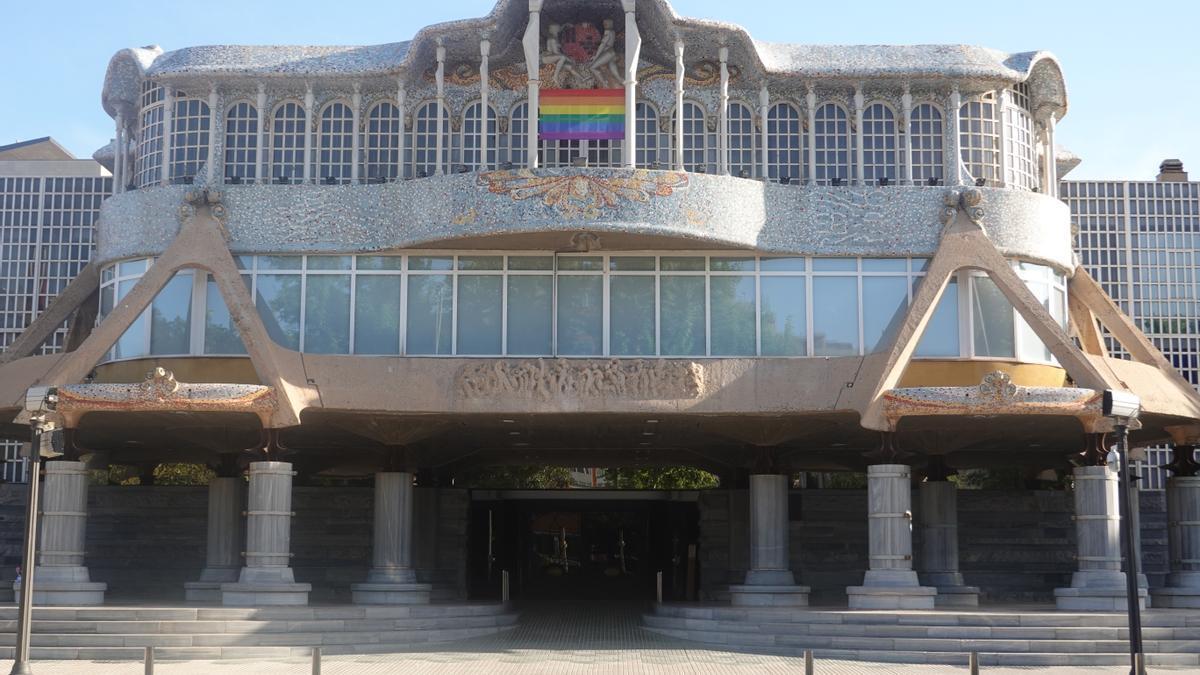 La bandera arcoíris, en el balcón de la Asamblea Regional.