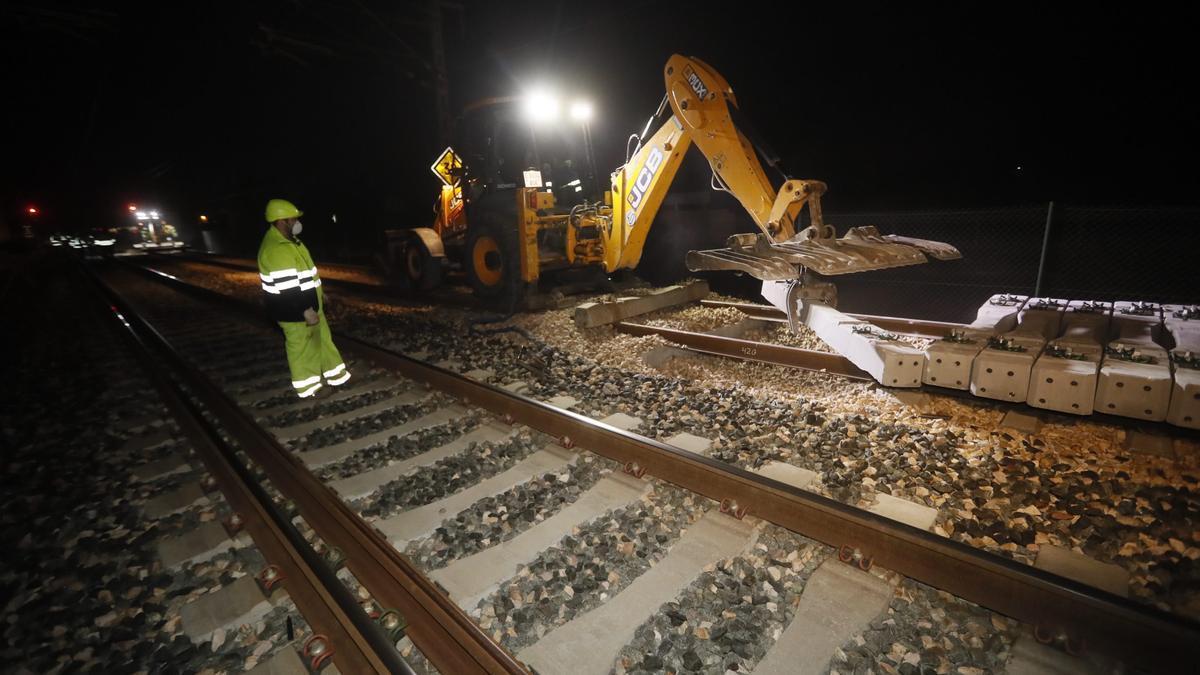 Obras de implantación del tercer hilo en el corredor mediterráneo ejecutadas en la estación de Xilxes (archivo).