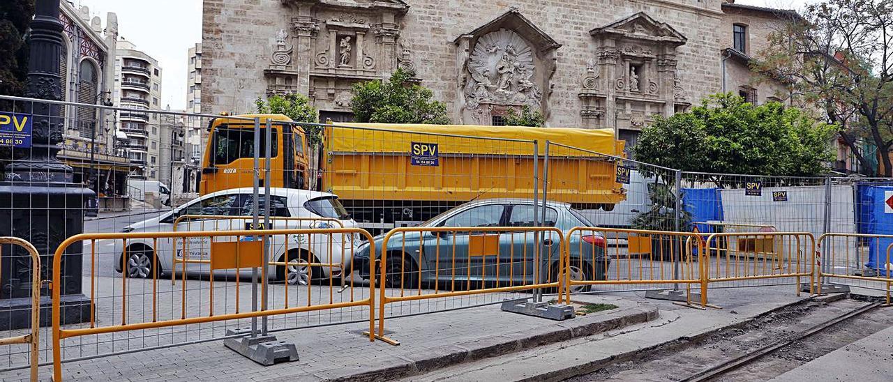 Raíles del viejo tranvía que atravesaba en centro de la ciudad. Plaza del Mercat. | M.A. MONTESINOS