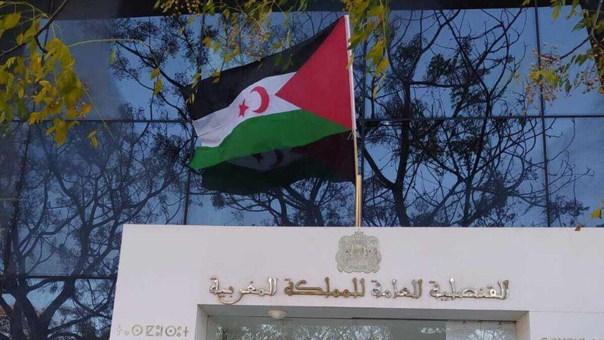 Manifestantes en València colocan la bandera saharaui en el consulado de Marruecos