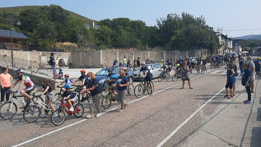 Cerca de 200 niños y adultos participan en el Día de la Bici de Lubián