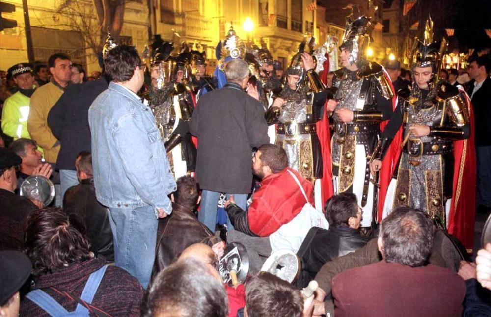 1999. Salvem organiza una manifestación que bloquea el paso de la tradicional parada de Moros y Cristianos en el barrio. Kai Försterling