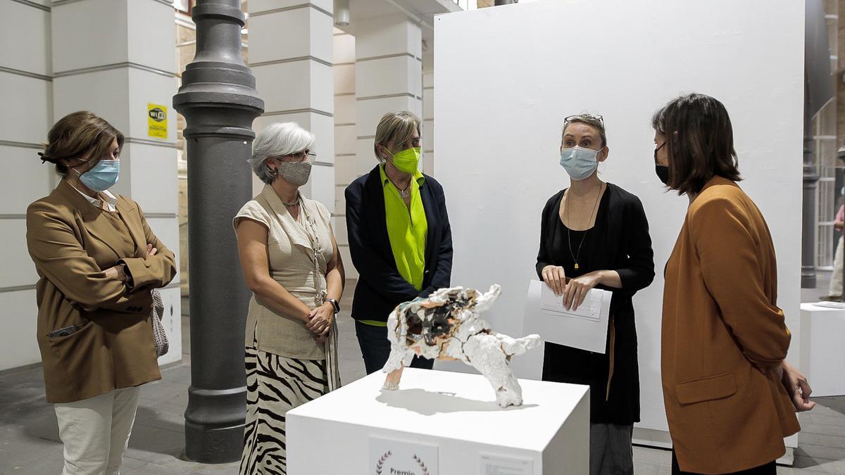 La artista francesa Anne-Laure Cano, ganadora este año del premio internacional Cerco, este viernes junto a su obra.