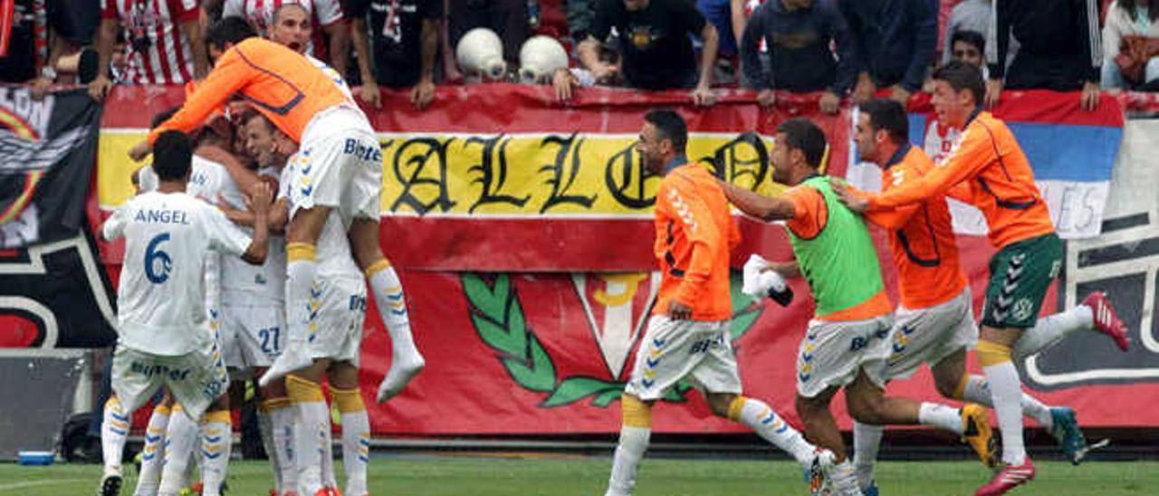Los jugadores de la UD saltan al campo para celebrar el tanto de Asdrúbal en la promoción de ascenso en El Molinón.