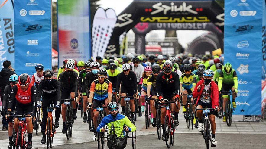Medio millar de ciclistas desafían a la lluvia en la 4 Picos Road