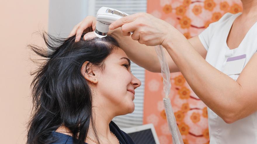 Alopecia femenina: ¿Por qué se nos cae el pelo y cuál es el mejor tratamiento?