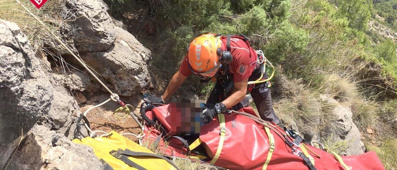 Momento en el que un bombero atiende al herido.