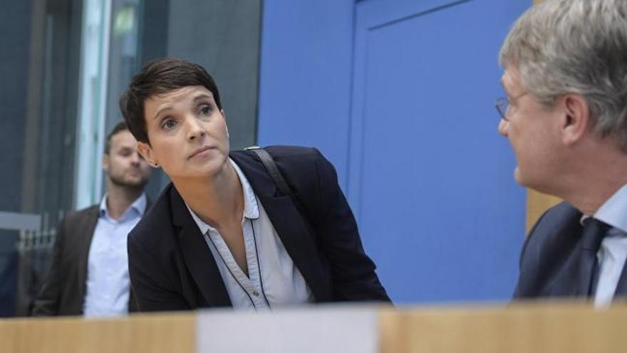 Una líder de la ultraderecha renuncia a su escaño