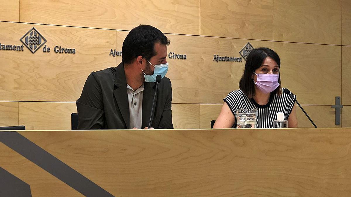 El vicealcalde de l'Ajuntament de Girona, Quim Ayats, i la regidora d'Habitatge, Annabel Moya. | ARIADNA RECHE