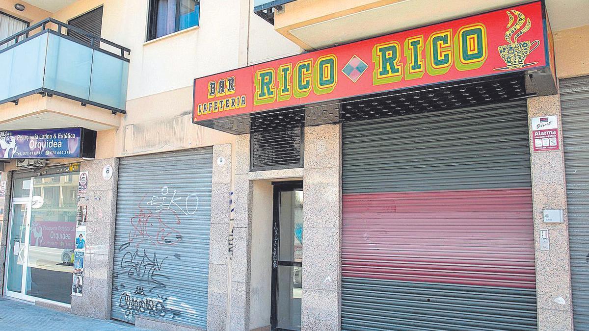 Exterior de un bar de la calle Aragón donde la Policía realizó uno de los registros.