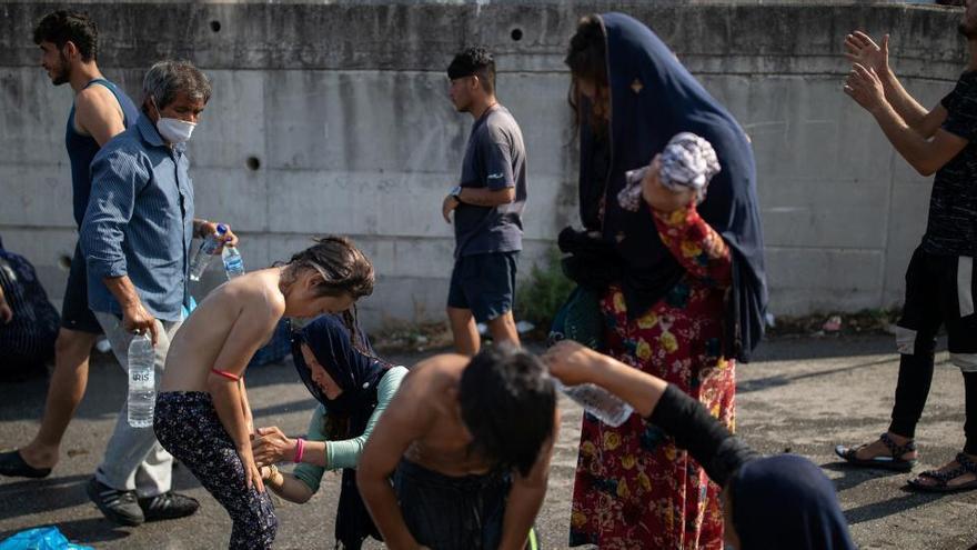 Los primeros refugiados del devastado Moria entran en el nuevo campo de Lesbos