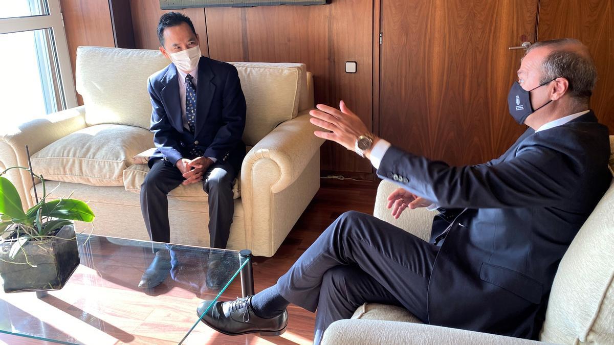 Hidalgo ha recibido en las Casas Consistoriales al nuevo cónsul del Japón en Las Palmas de Gran Canaria, Akira Kusunoki.
