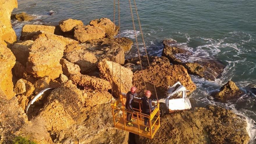Sacan del agua el misterioso coche que la riada arrastró hace un mes al mar  en Vinaròs