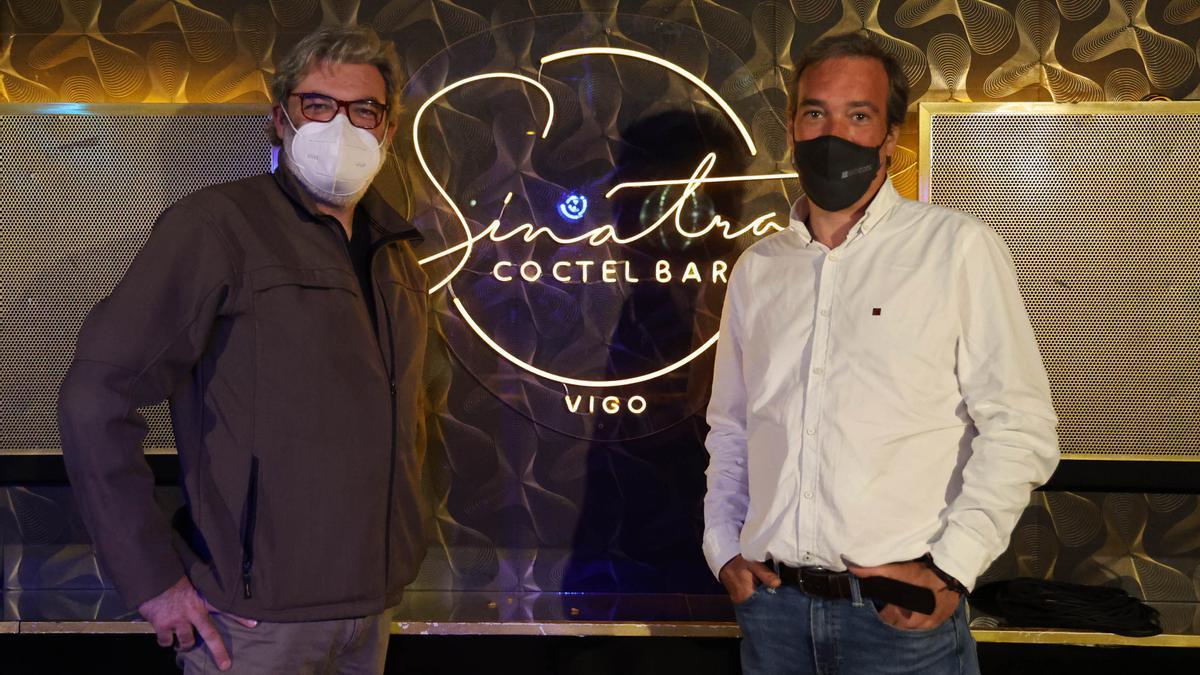 Miguel Ojea, socio de Sinatra Cóctel Bar; y Diego Puga, al frente de Taster Machines, en el mítico local de la noche viguesa, donde han instalado el sistema de renovación de aire y climatización Biocool.
