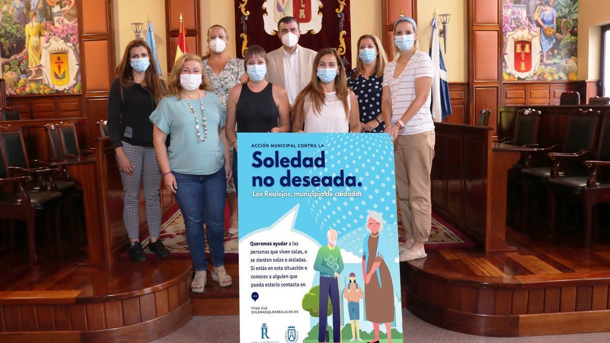 El alcalde y la edil de Bienestar Social junto al equipo de profesionales contra la soledad no deseada