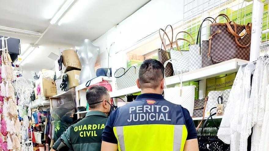 La Guardia Civil interviene 1.400 productos falsos en Cala Egos y sa Coma