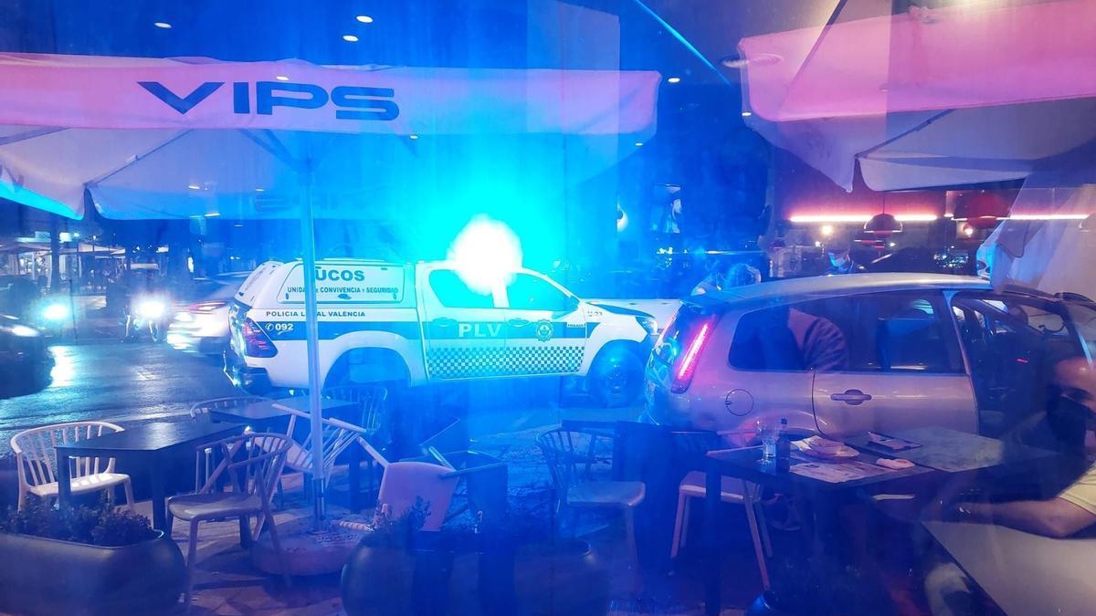 Un coche arrolla la terraza de un restaurante en Valencia.