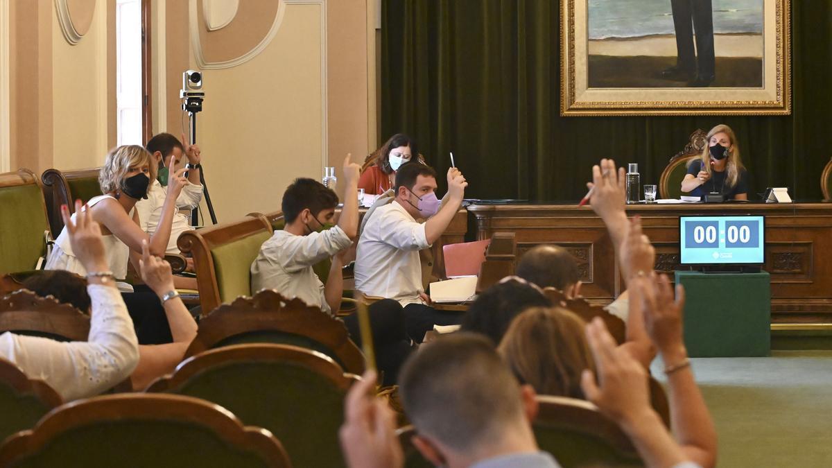 Momento de la votación con los miembros del Acord de Fadrell a favor