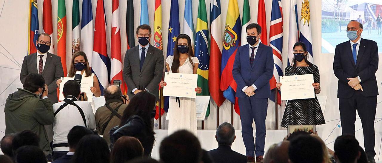 Núñez Feijóo, Román Rodríguez y los rectores de Vigo y Santiago, ayer, en la entrega de las Bolsas de Excelencia Mocidade Exterior.     // XOÁN ÁLVAREZ