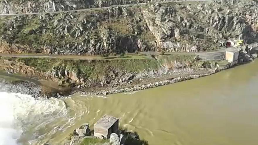 El impresionante desembalse de la presa de Ricobayo