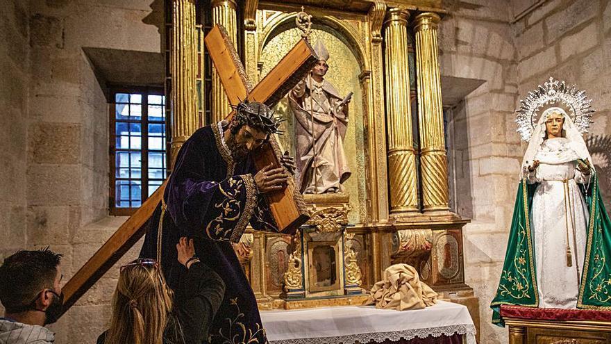 El Nazareno junto a la Esperanza en la Catedral