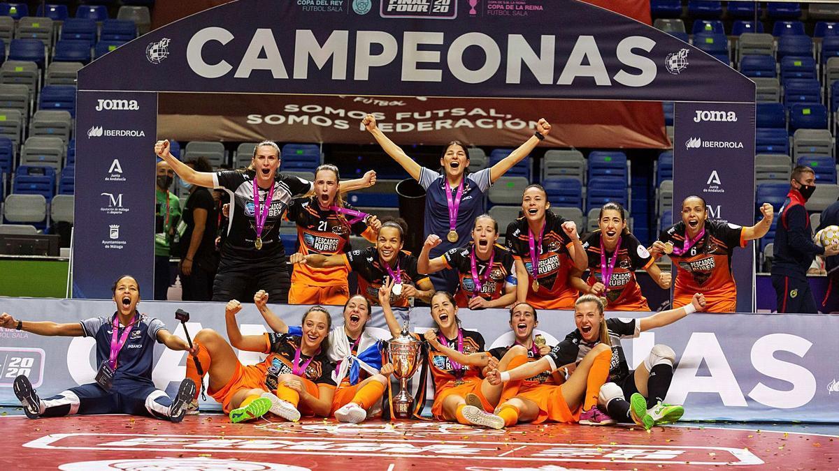 Las jugadoras del Burela celebran el título conquistado ayer en Málaga contra el Poio. |  // CARLOS DÍAZ