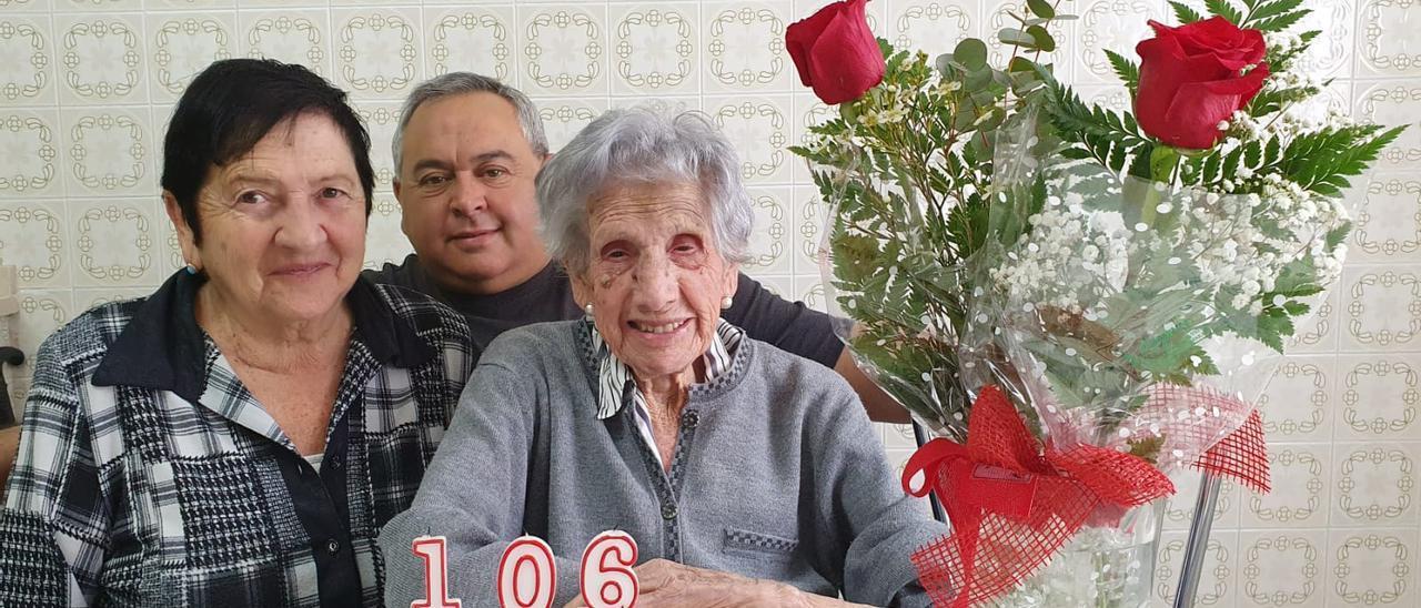Matilde González, con su hija María Antonia y su nieto José María.