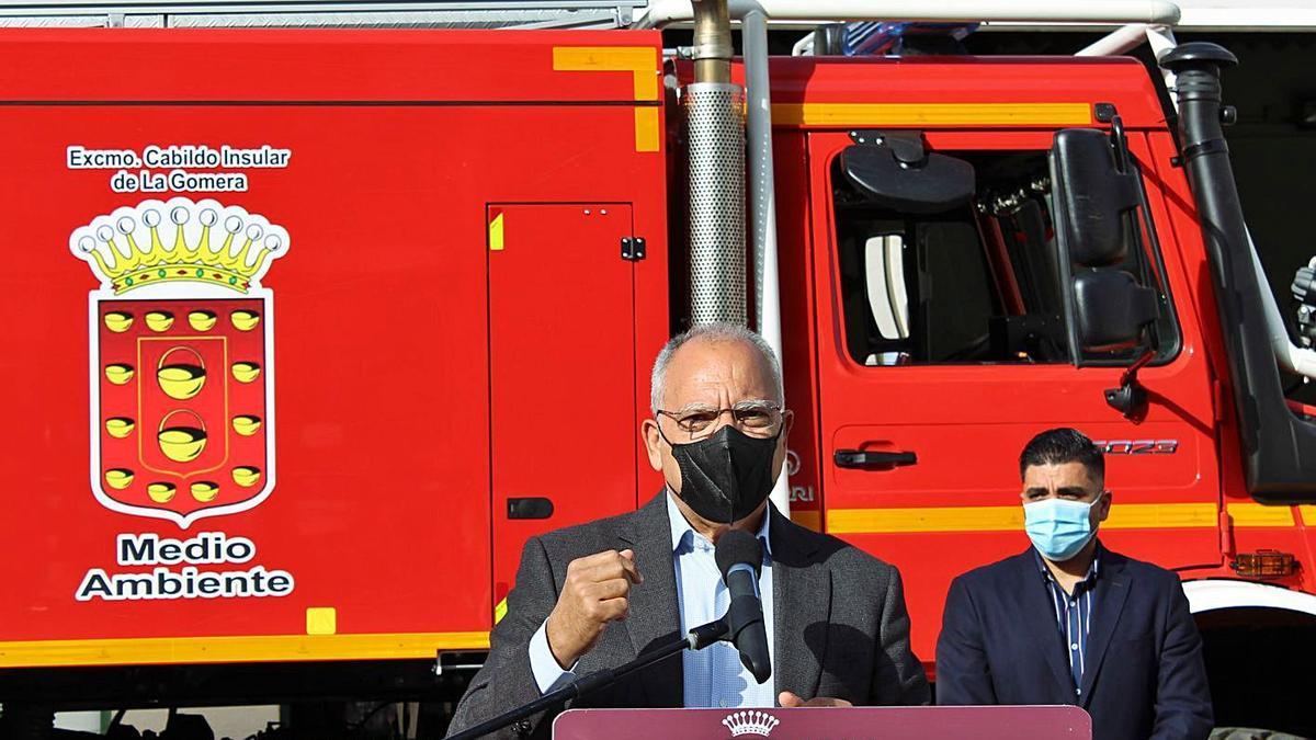 El presidente Casimiro Curbelo, junto al consejero de Emergencias, Héctor Cabrera, en la presentación de la campaña.