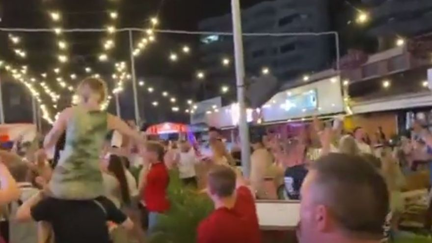 Englische Fußballfans feiern wild den Einzug ins EM-Finale in Magaluf