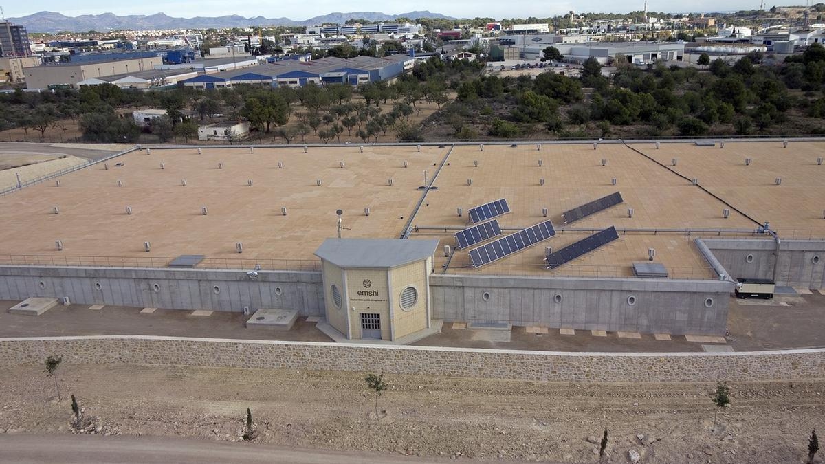 Placas solares en uno de los depósitos de la Emshi