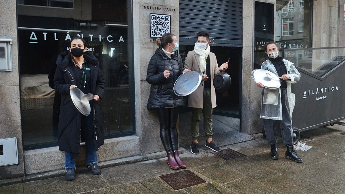 Los hosteleros salieron a las puertas de sus locales para expresar su indignación haciendo sonar diferentes útiles.  | // NOÉ PARGA