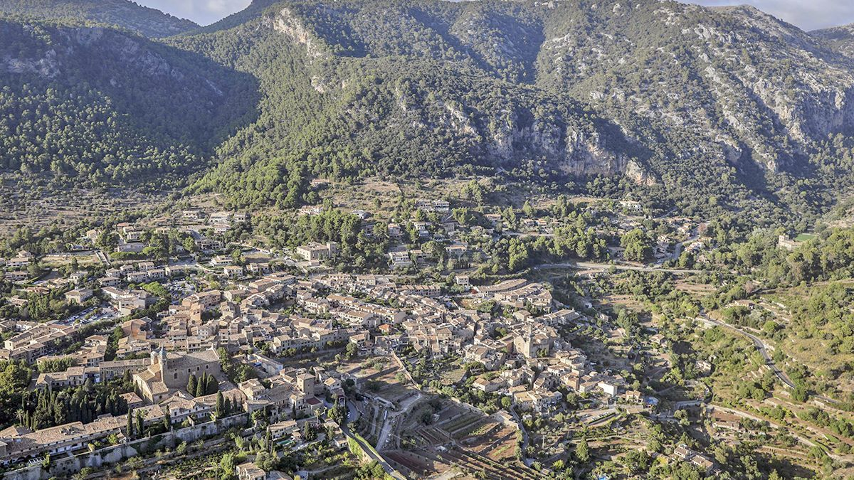 Els municipis que integren la Serra de Tramuntana, com Valldemossa (a la imatge) formen una simbiosi perfecta entre natura i arquitectura