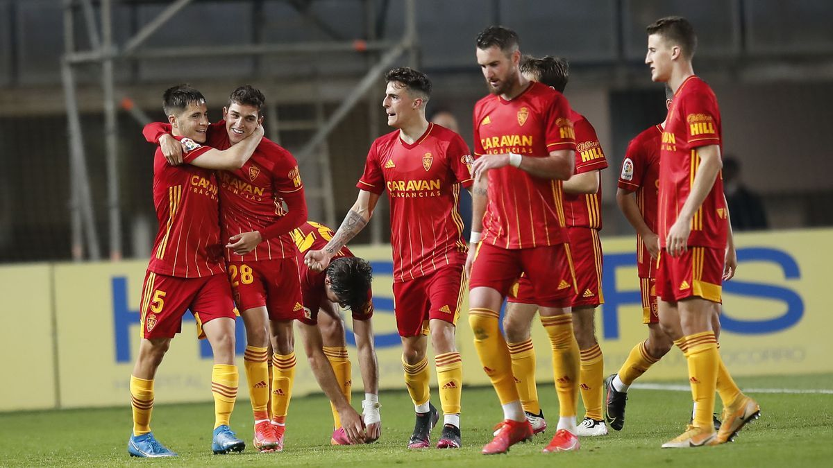 Tejero abraza a Sanabria tras su gol en el estadio de Gran Canaria.