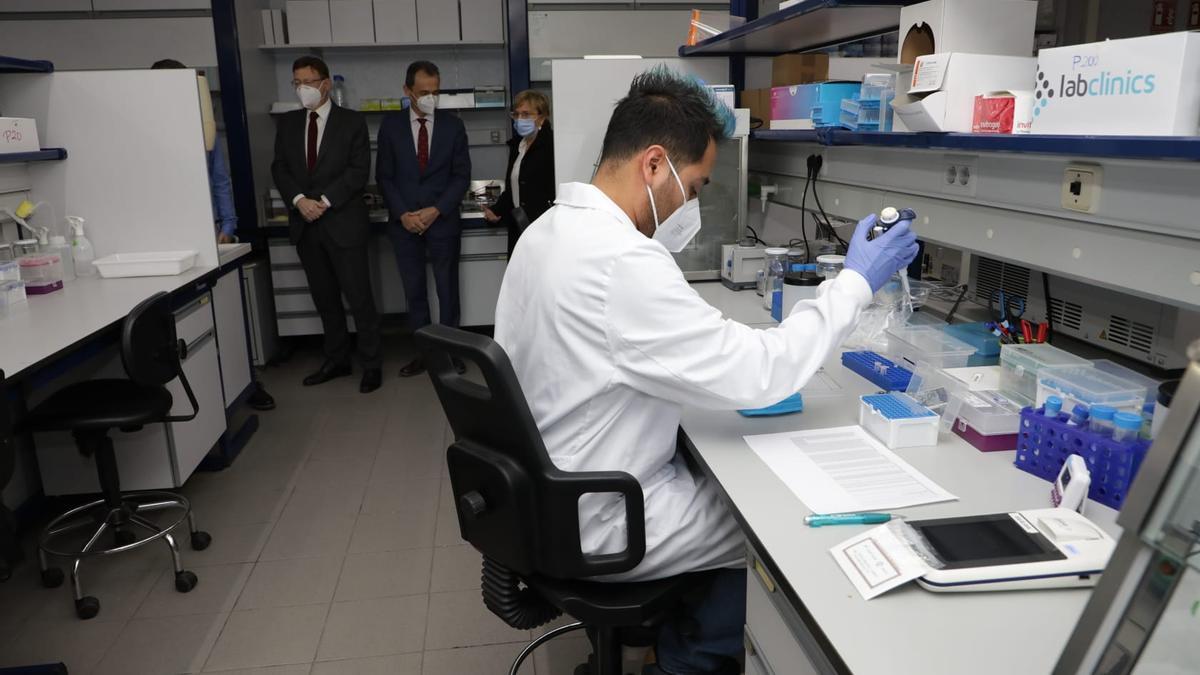 El president Ximo Puig y el ministro de Ciencia, Pedro Duque, visitan el Instituto de Biomedicina del CSIC.