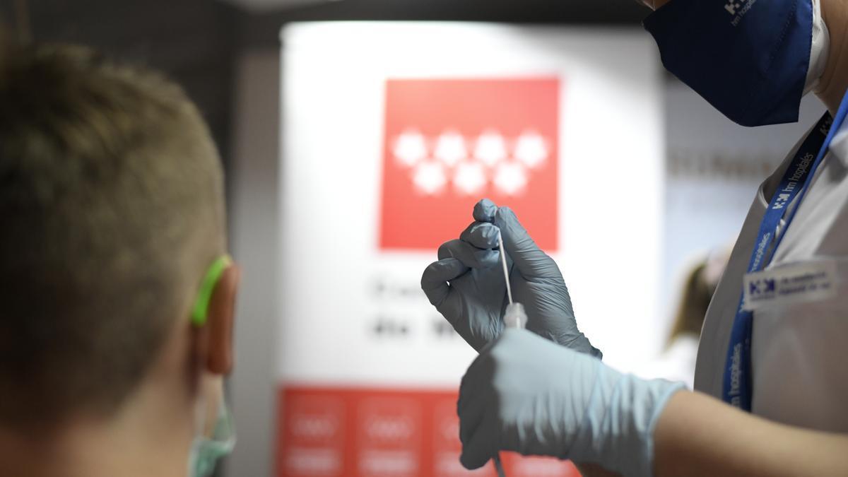 Una enfermera prepara un test de antígenos para un paciente.