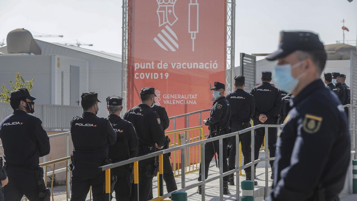 Agentes de la Policía Nacional hacen cola para vacunarse en Valencia.