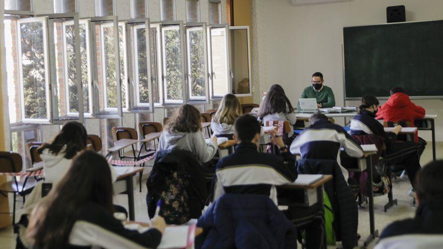 """Barbón anuncia la vuelta a la """"presencialidad total"""" en las aulas el próximo curso"""