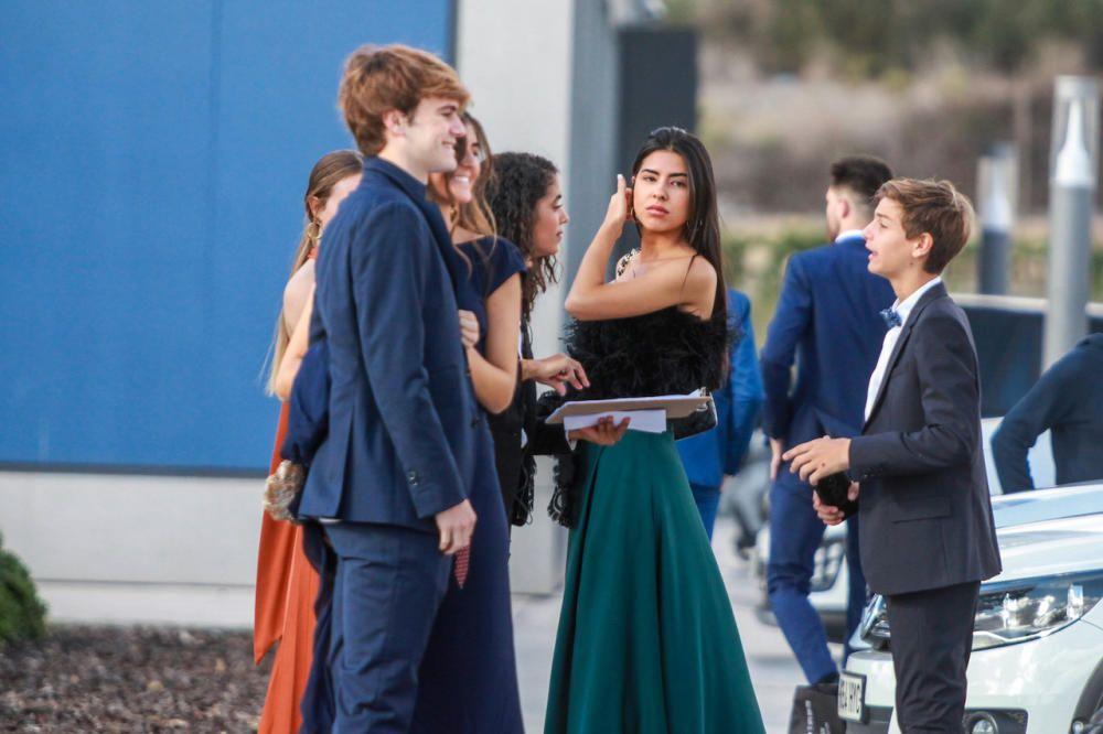 Los familiares más jóvenes en el párking de la Academia.