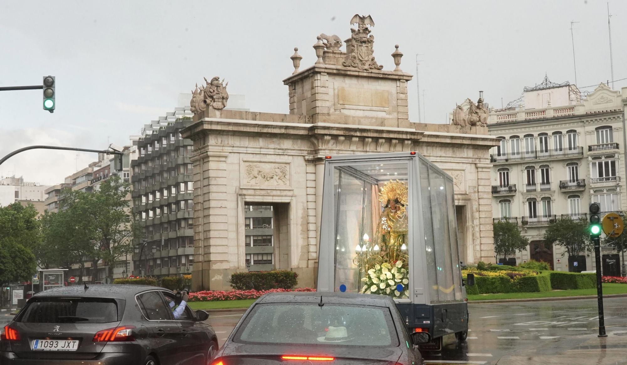 Así fue el pase de la Virgen de los Desamparados por València con el Maremóvil