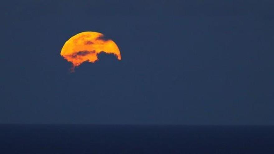 La 'superluna de las flores' sobre Las Palmas de Gran Canaria