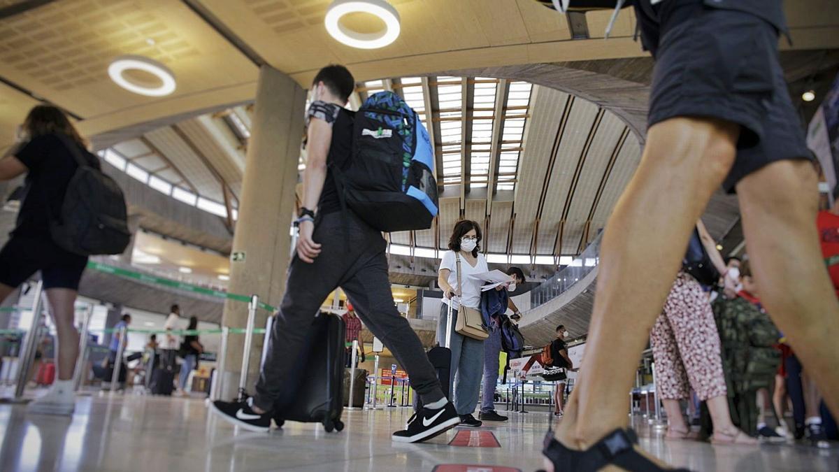 Pasajeros en tránsito en el aeropuerto Ciudad de la Laguna Los Rodeos.