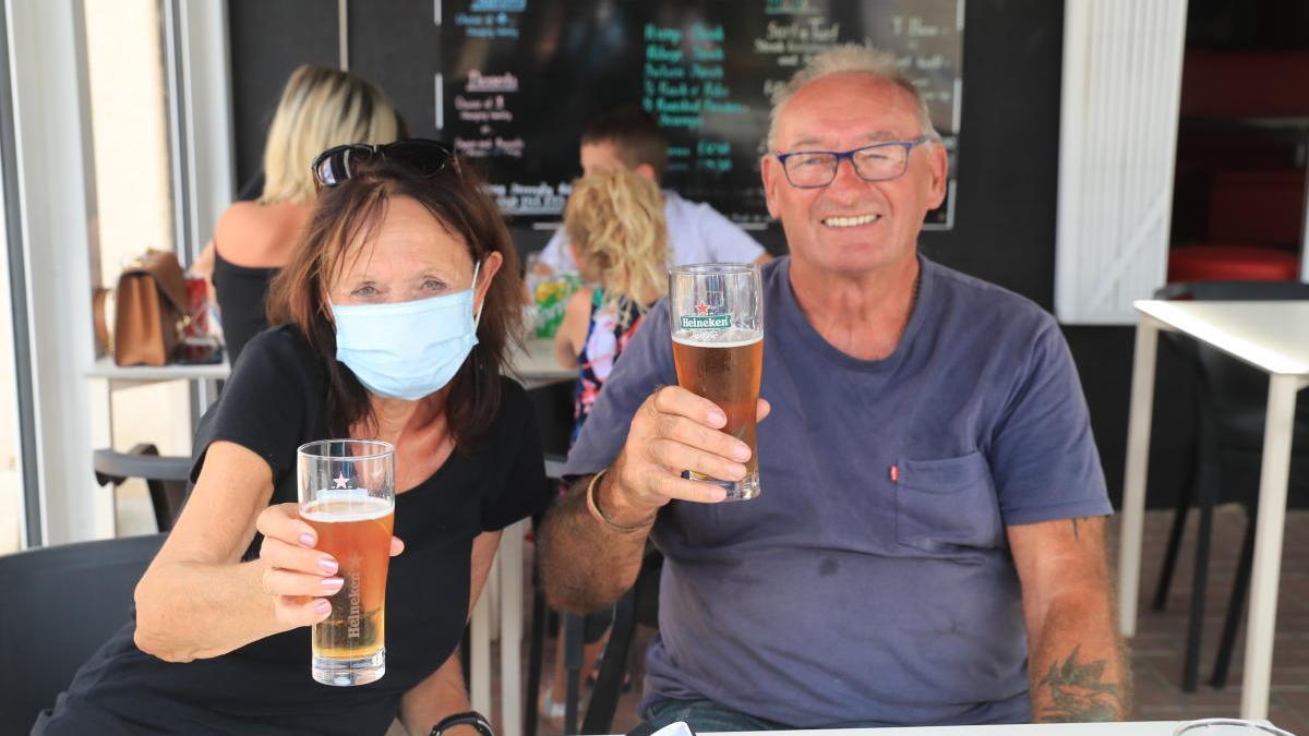 Una pareja británica en una terraza de Camposol.