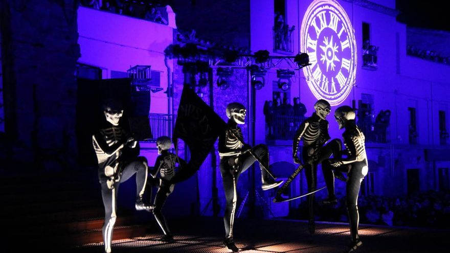 La Dansa de la Mort torna a recorre els carrers de Verges davant de 5.000 persones