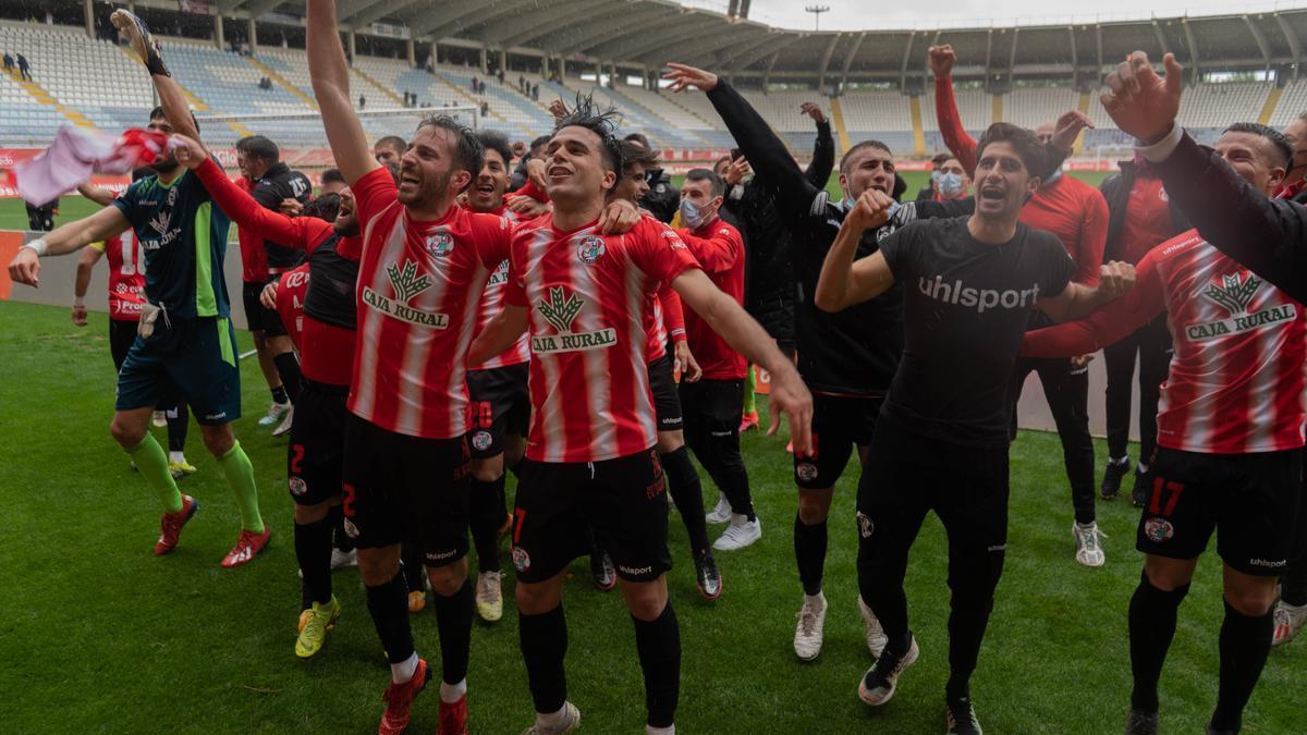 Los jugadores del Zamora, celebrando la victoria en León.
