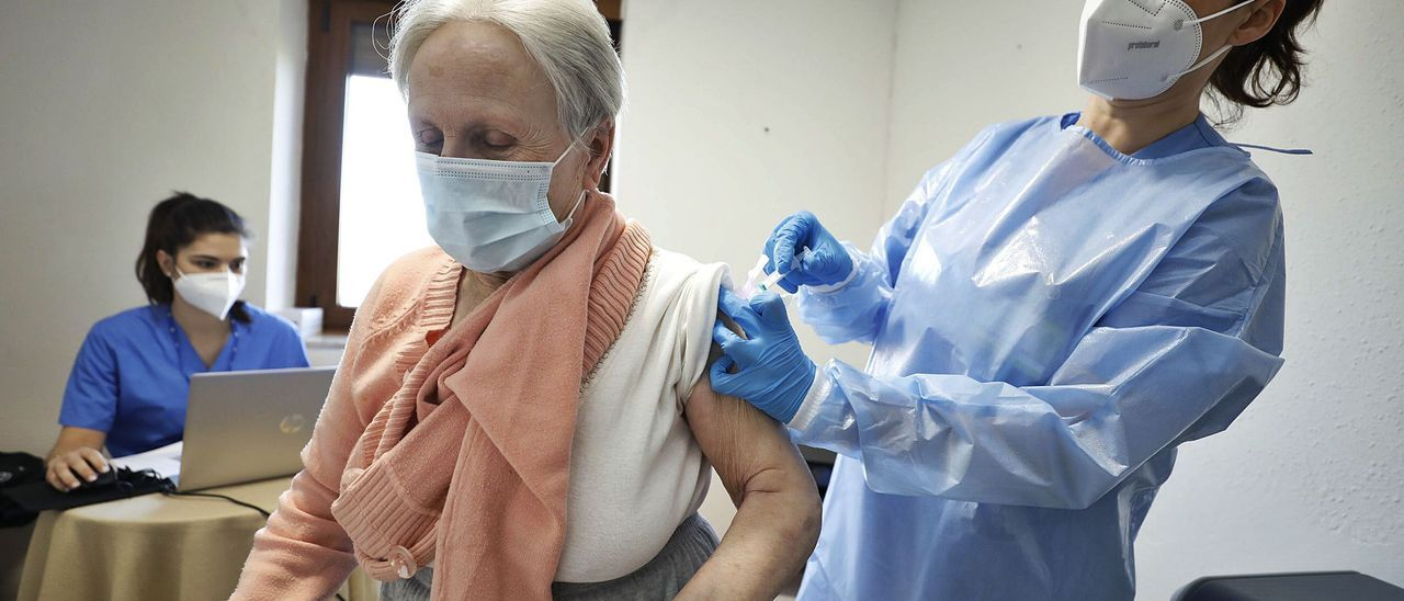 María Placeres Álvarez Menéndez recibe la vacuna en la residencia La Familia.   Luisma Murias