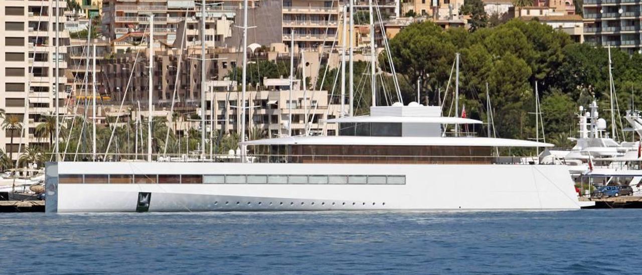 El yate de Steve Jobs fondea  en el Club de Mar