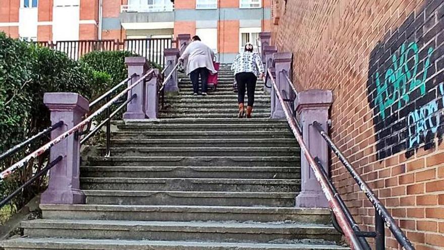Quejas por una escalera en Moreda
