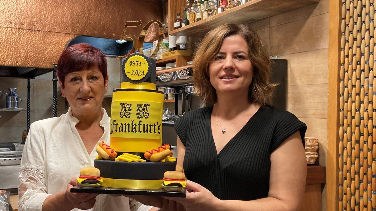 Montserrat Serra i la seva filla Marta Serra, celebrant amb un simpàtic pastís el 50è aniversari del Frankfurt's