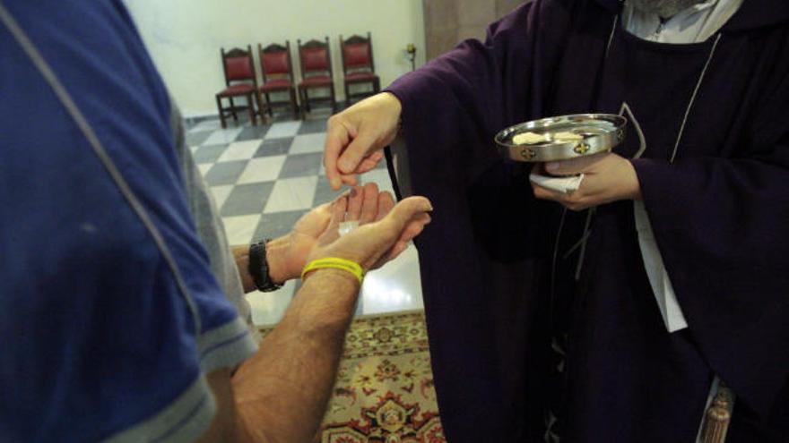 Las iglesias permanecen abiertas con una liturgia 'antivirus' en las misas