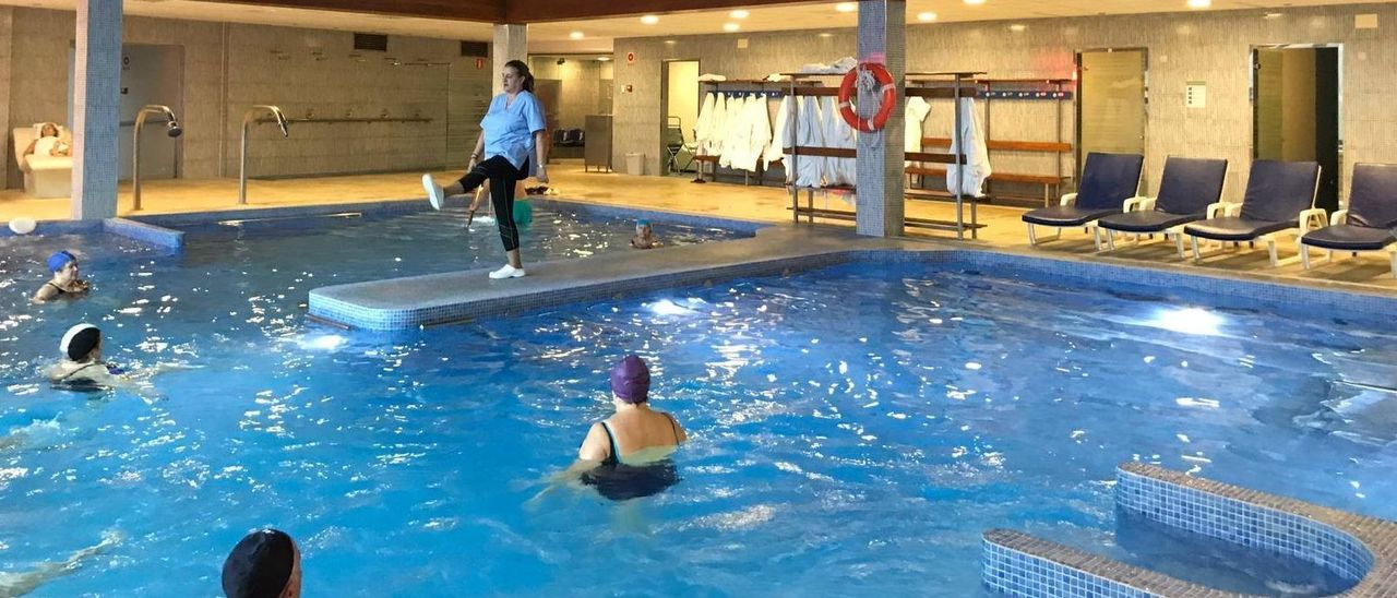 Una actividad terapéutica en una de las piscinas del balneario de Ledesma.
